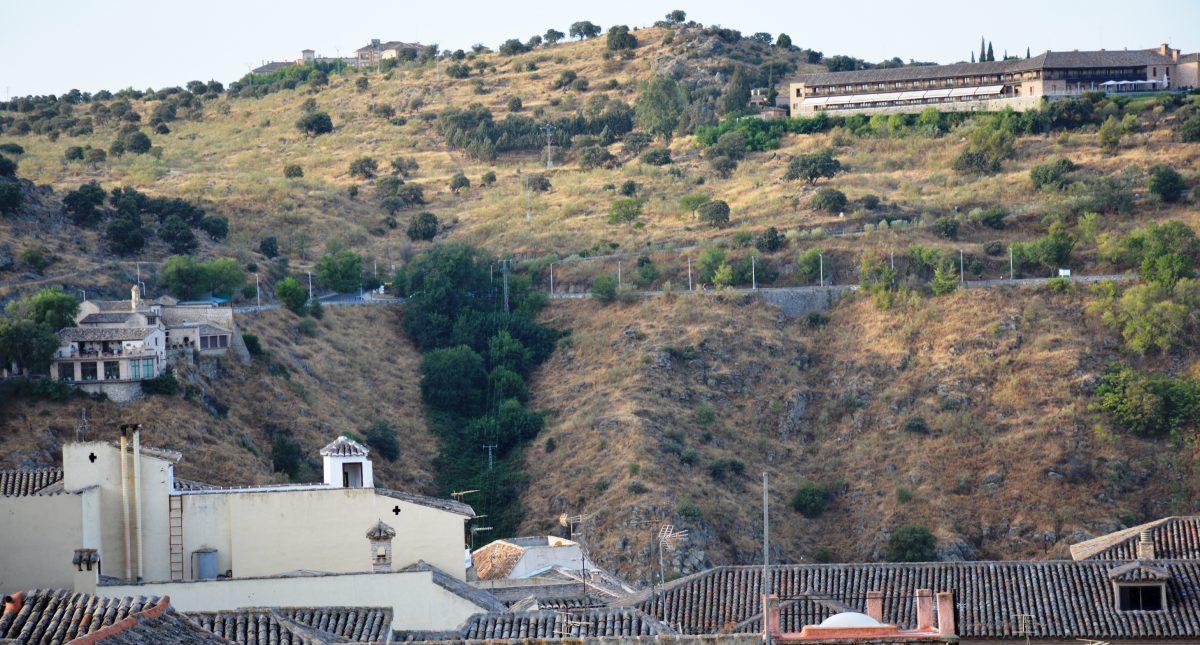 El Ayuntamiento acomete la limpieza y recogida de basura de los rodaderos de la carretera del Valle