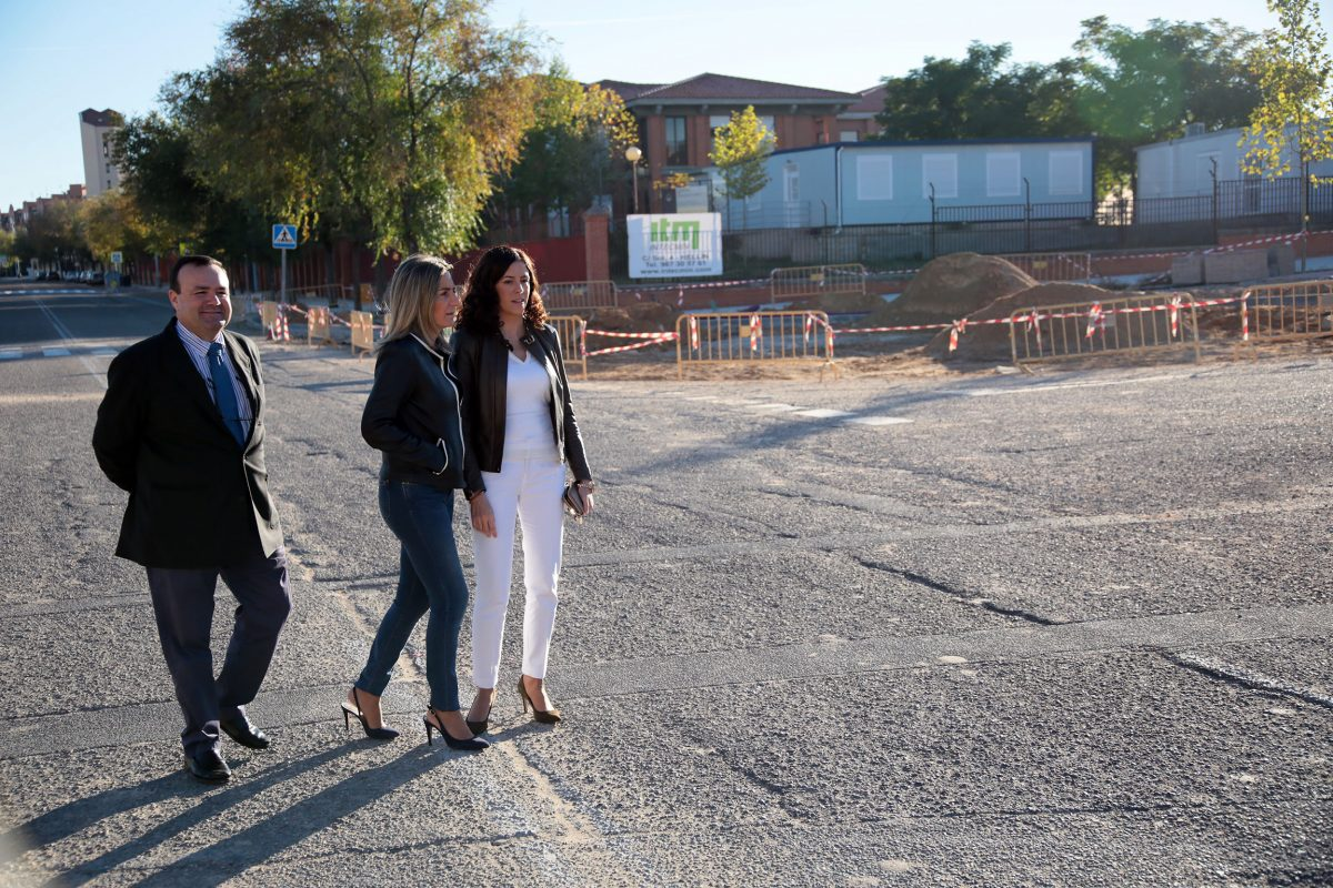 http://www.toledo.es/wp-content/uploads/2016/10/01_rotonda_poligono-1200x800.jpg. La alcaldesa supervisa las obras de la rotonda que mejorará la seguridad en la confluencia de Río Fresnedoso con Valdeyernos