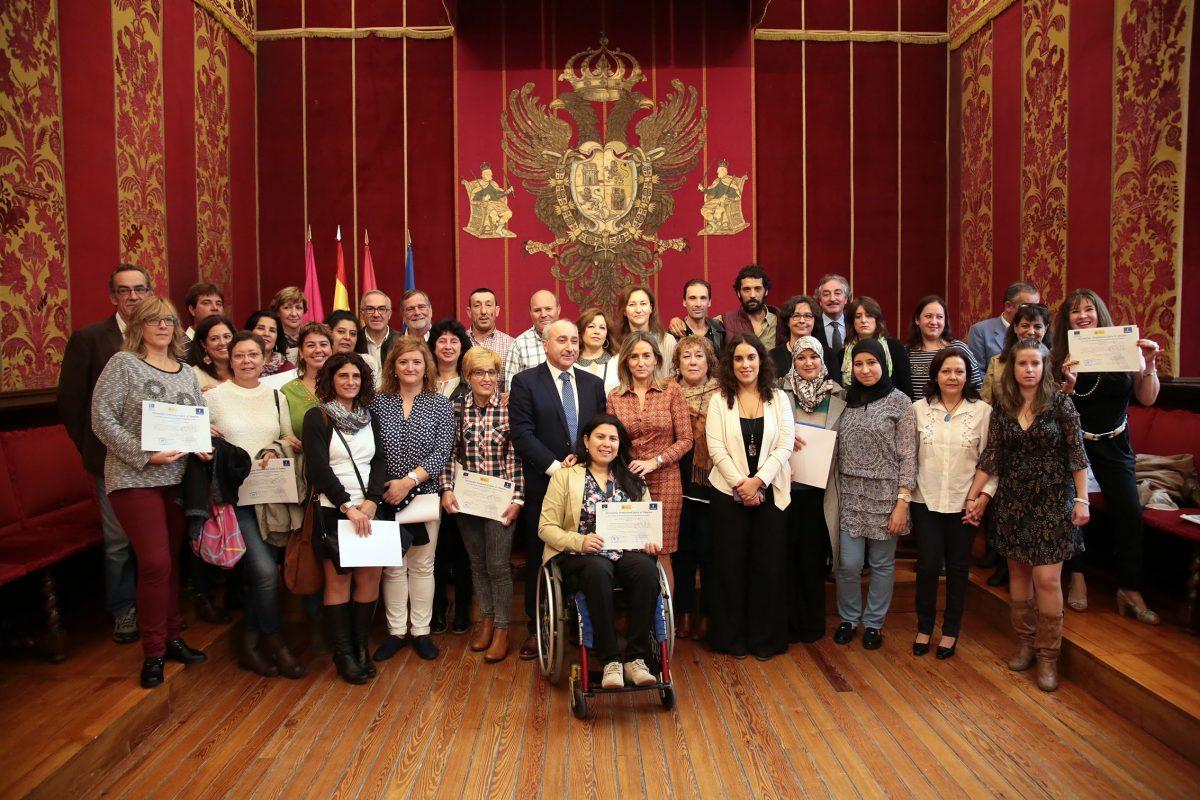 http://www.toledo.es/wp-content/uploads/2016/10/02_clausura_talleres_empleo-1200x800.jpg. La alcaldesa agradece a los integrantes de los Talleres de Empleo su esfuerzo y reitera compromiso en políticas activas de empleo