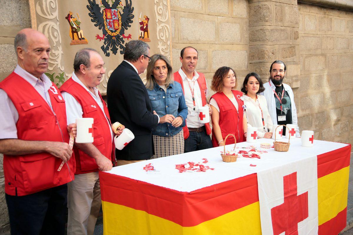 La alcaldesa de Toledo colabora en el tradicional Día de la Banderita de Cruz Roja, dedicado este año a la infancia