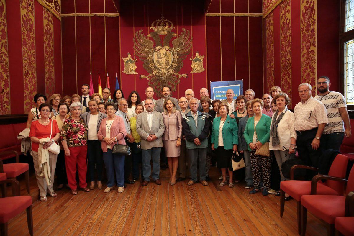 La alcaldesa ensalza al colectivo de mayores como uno de los activos más importantes y le invita a la VIII Semana del Mayor
