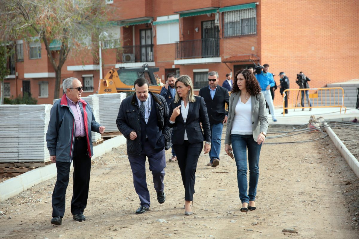 La alcaldesa visita las obras del paseo Ventalomar y anuncia una inversión total en el Polígono de 1 millón de euros durante 2016