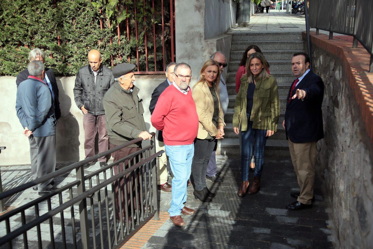 """http://www.toledo.es/wp-content/uploads/2016/10/10_escalera_san_anton-1200x800.jpg. La alcaldesa visita la nueva rampa que comunica dos zonas de San Antón y da respuesta a una """"demanda histórica"""" en el barrio"""