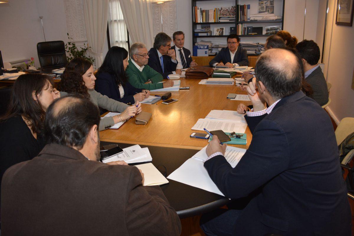 http://www.toledo.es/wp-content/uploads/2016/10/comision_urbanismo-1200x800.jpg. Consenso en la Comisión de Urbanismo para la elaboración de las bases tipo de los programas de actuación urbanística