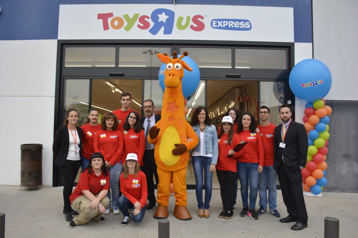 """http://www.toledo.es/wp-content/uploads/2016/10/dsc3491-1200x800.jpg. El Gobierno local asiste a la inauguración de la tienda Toys """"R"""" Us que estará abierta en Fusión durante la campaña de Navidad"""