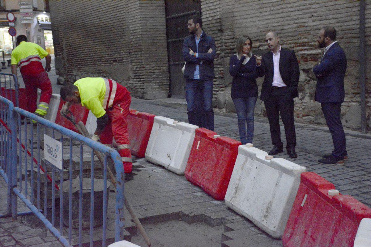 La alcaldesa visita las obras de reparación del pavimento que se están llevando a cabo en las calles Santa Úrsula y Taller del Moro