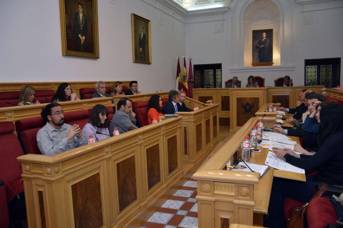 http://www.toledo.es/wp-content/uploads/2016/10/pleno02-1200x800.jpg. La Corporación municipal ratifica el consenso de abril para eliminar el riesgo por amianto en base al trabajo de los técnicos