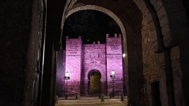El Ayuntamiento iluminará mañana los torreones de la Cava y el Puente de Alcántara para conmemorar el Día del Cáncer de Mama
