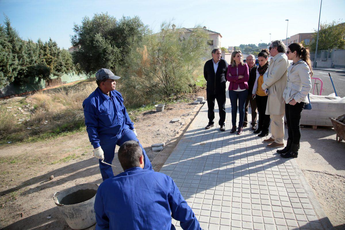 La alcaldesa visita con los vecinos de La Bastida las últimas mejoras de desbroce y acerado acometidas por el Ayuntamiento