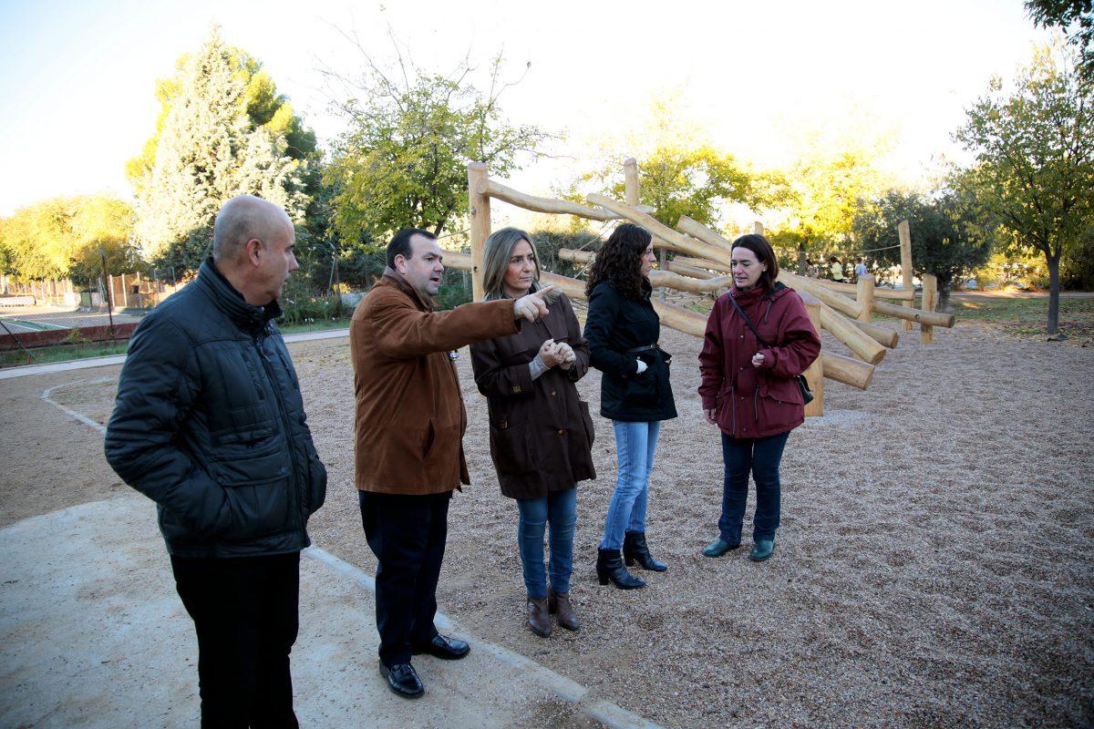 La alcaldesa visita los nuevos columpios instalados en el Parque Lineal y mantiene que las áreas infantiles seguirán mejorando