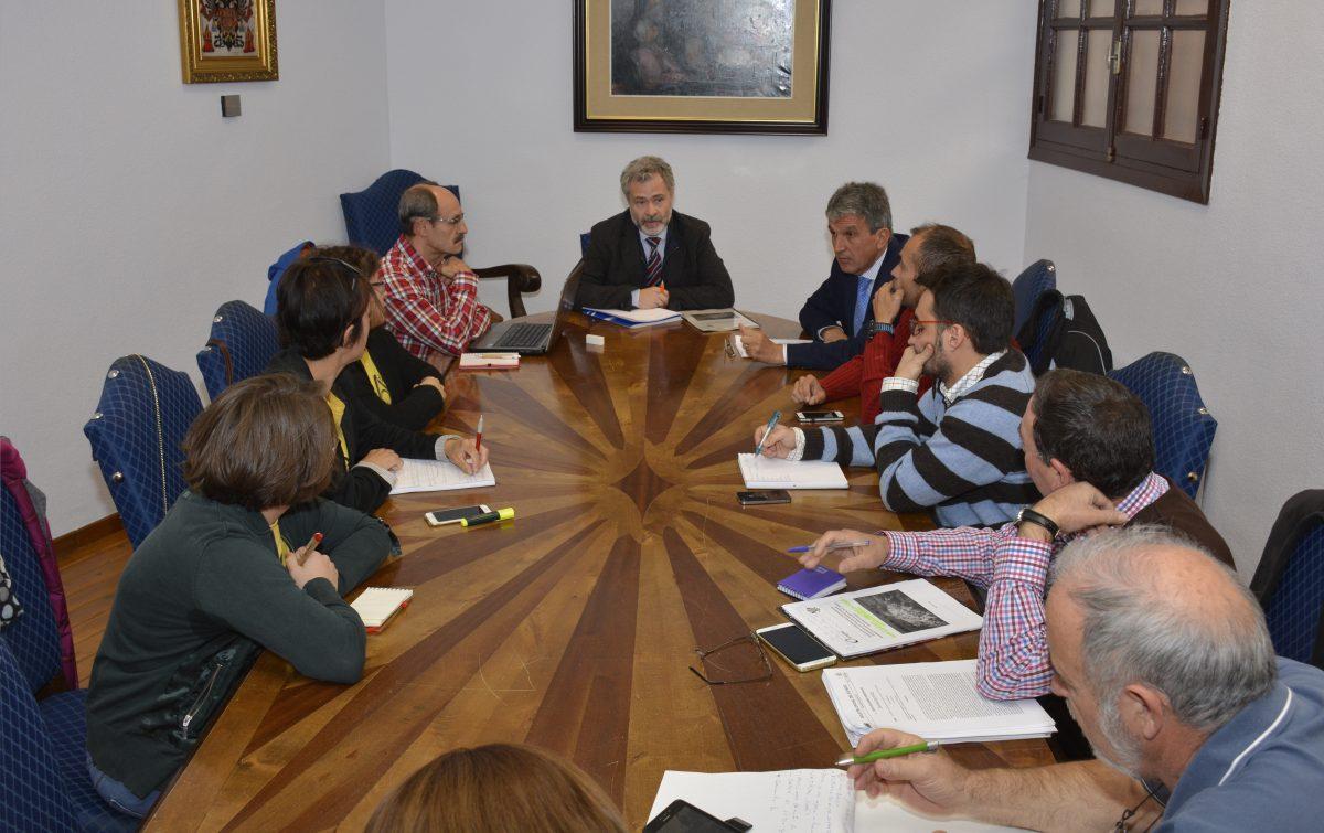 Los técnicos de Emgrisa explican a los representantes vecinales del Polígono y de la Plataforma el informe sobre el amianto