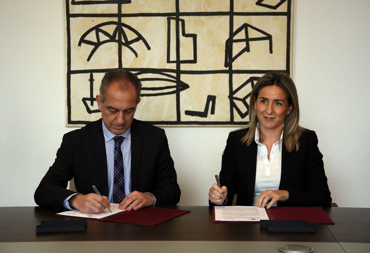 El Ayuntamiento firma con Soliss un convenio para la colocación de desfibriladores en instalaciones deportivas de la ciudad