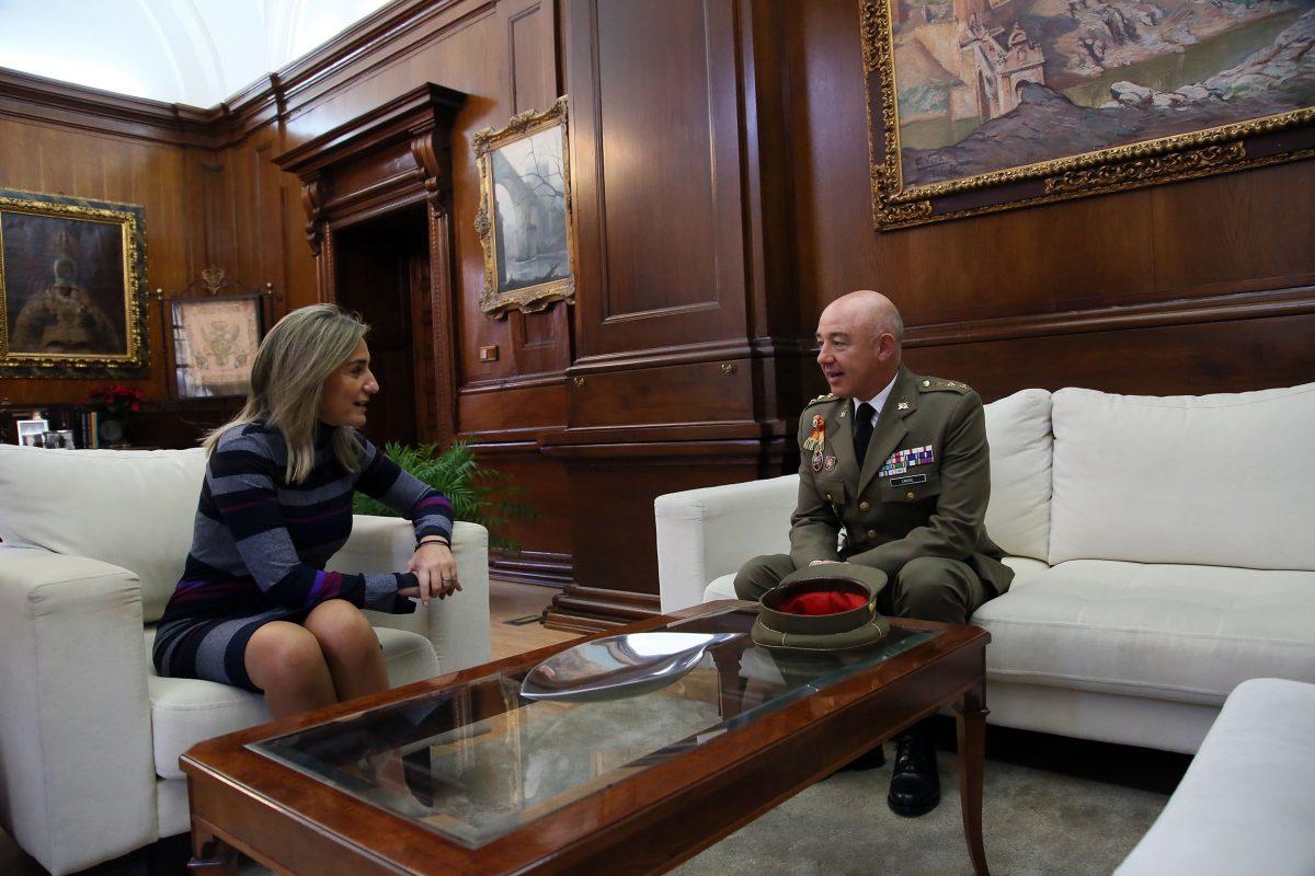 Milagros Tolón recibe al coronel Candal Añón, que abandonará la Dirección de la Academia de Infantería el 16 de diciembre