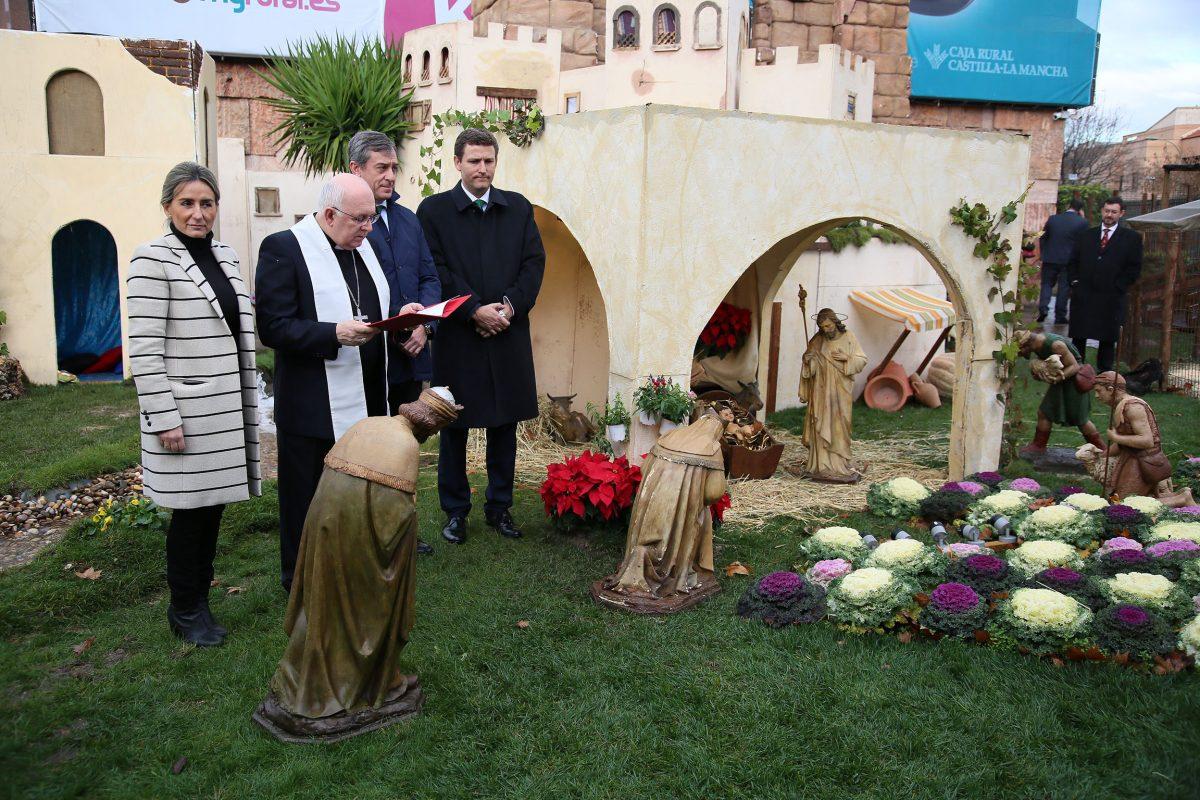 La alcaldesa considera que el belén de Caja Rural es un gran atractivo para la ciudad que invita a salir y disfrutar de la Navidad