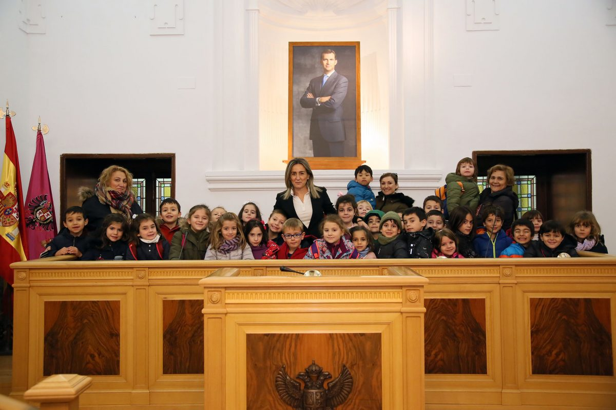 La alcaldesa anima a los escolares toledanos a visitar los belenes y participar en las actividades preparadas para ellos en Navidad