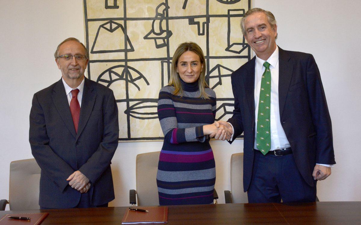 Milagros Tolón firma el contrato del nuevo servicio autobuses urbanos que entrará en vigor el próximo año