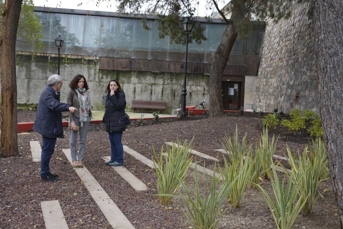 El Ayuntamiento acomete el adecentamiento del entorno de la piscina del Casco y arregla la fuente del parque del Alcázar