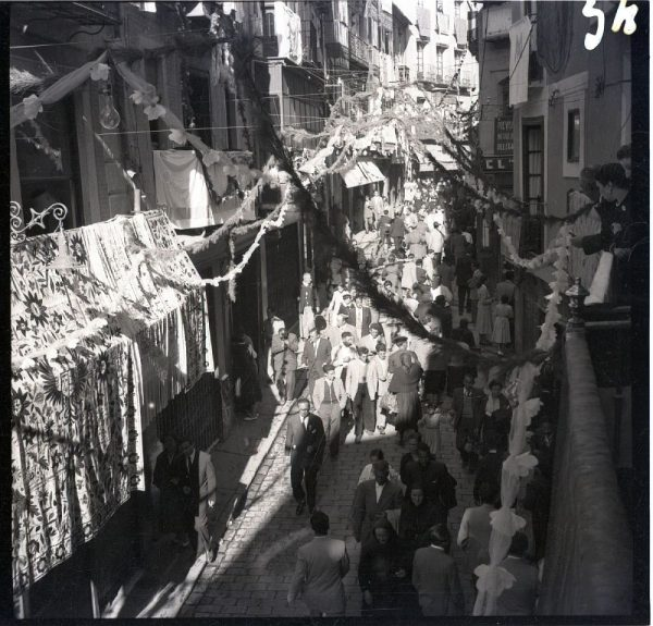 054 - Peregrinos por la calle del Comercio