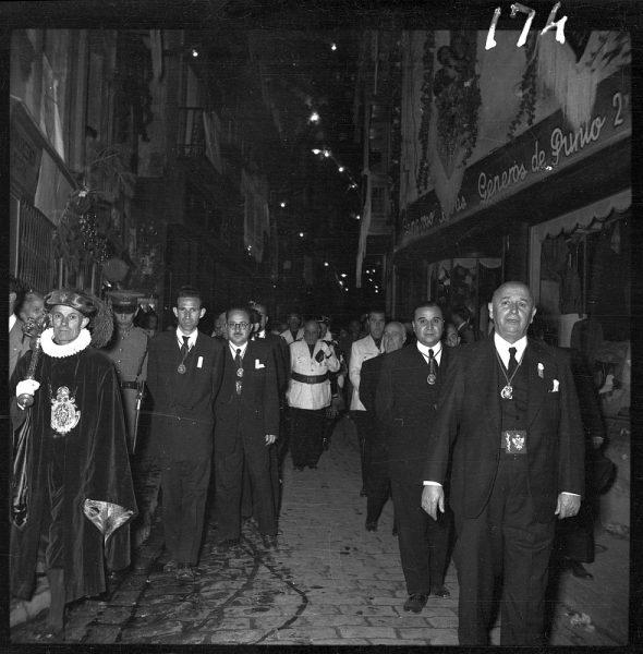 174 - Autoridades civiles en la calle Comercio de vuelta a la Catedral