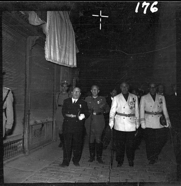 176 - Autoridades civiles y militares en la calle Comercio de vuelta a la Catedral