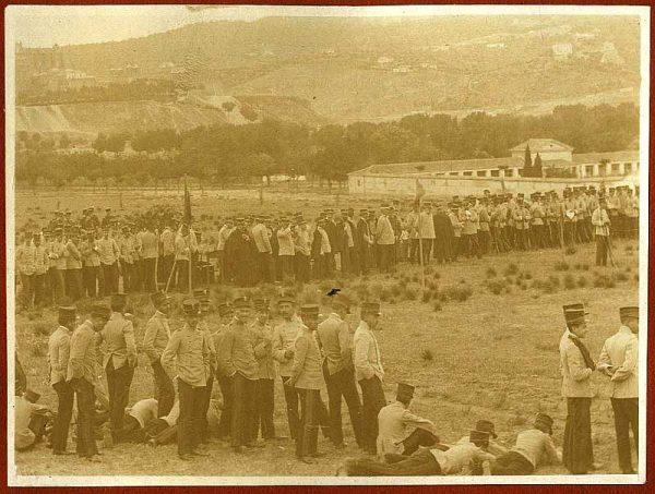 1905_Cadetes de la Academia frente al cementerio de la Vega Baja