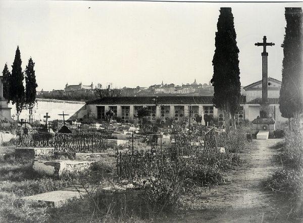 1910_Interior del cementerio de la Vega Baja