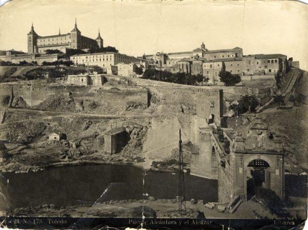 012 - Vista del Alcázar y del puente de Alcántara desde el castillo de San Servando