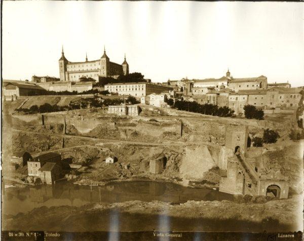 013 - Vista del Alcázar y del puente de Alcántara desde el castillo de San Servando