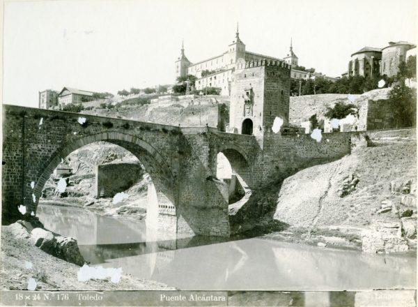 014 - Vista del puente de Alcántara y del Alcázar desde la orilla del río Tajo