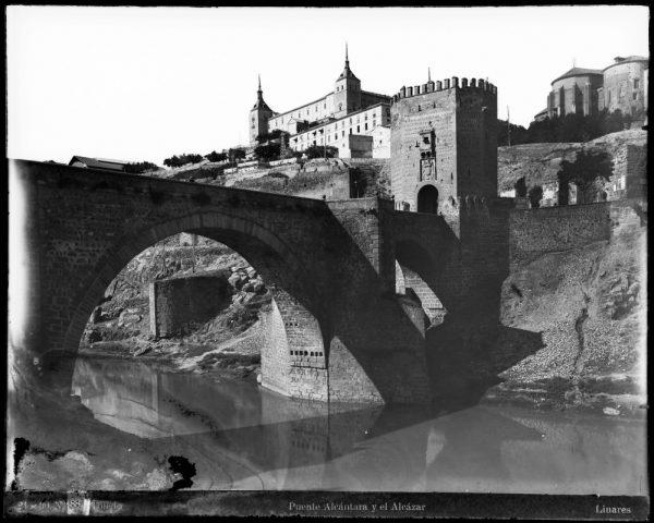 015 - Vista del puente de Alcántara y del Alcázar desde la orilla del río Tajo