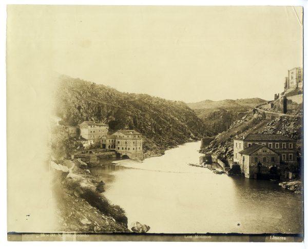 022 - Vista de los molinos situados a las orillas del río Tajo pasado el puente de Alcántara