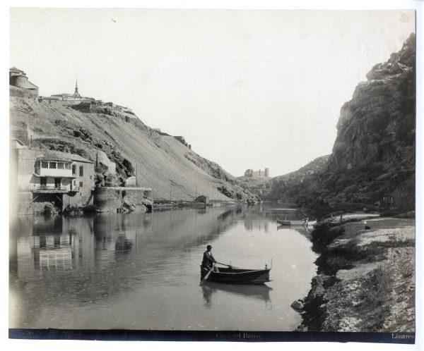 024 - Barquero cruzando el Tajo frente a la Casa del Diamantista