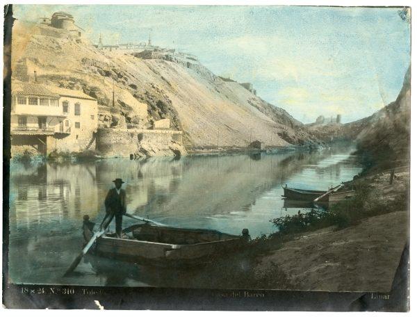 025 - Barquero en el río Tajo frente a la Casa del Diamantista