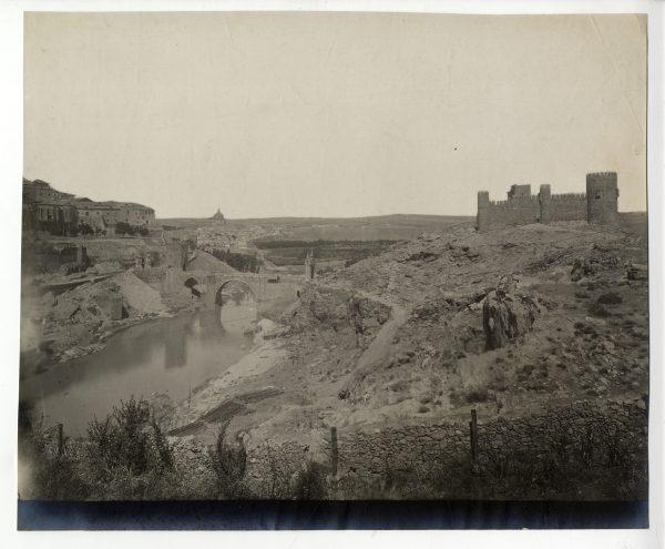 113 - Vista del puente de Alcántara y del castillo de San Servando