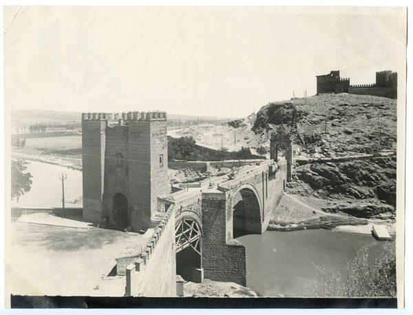 117 - Vista del puente de Alcántara y del castillo de San Servando