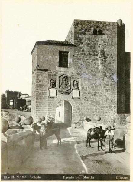 137 - Vista de la puerta de Arbitrios desde el puente de San Martín