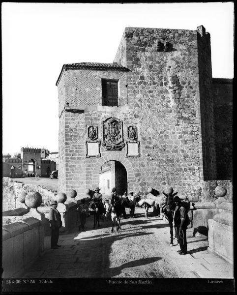 139 - Vista de la puerta de Arbitrios desde el puente de San Martín.