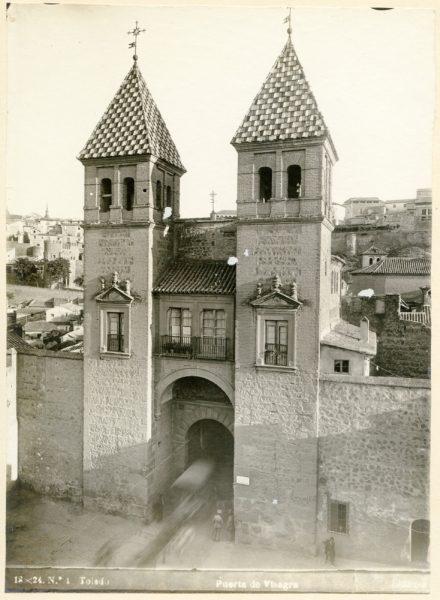 146 - Vista de los torreones interiores de la puerta de Bisagra desde el patio de armas