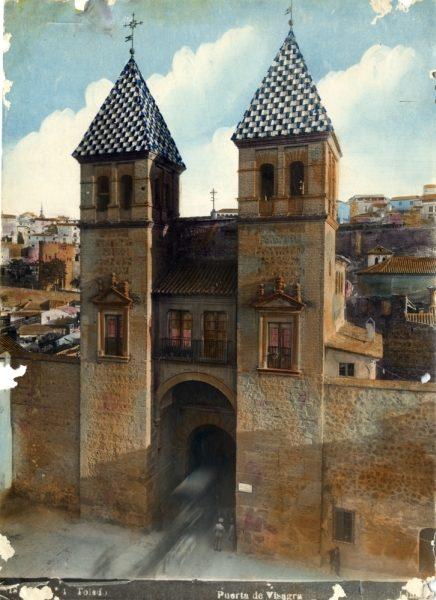 147 - Vista de los torreones interiores de la puerta de Bisagra desde el patio de armas