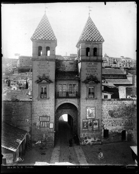 148 - Vista de los torreones interiores de la puerta de Bisagra desde el patio de armas