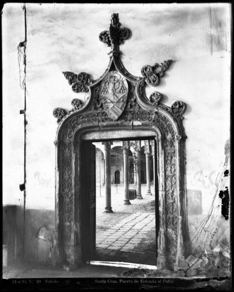 201 - Puerta de entrada al patio del Hospital de Santa Cruz