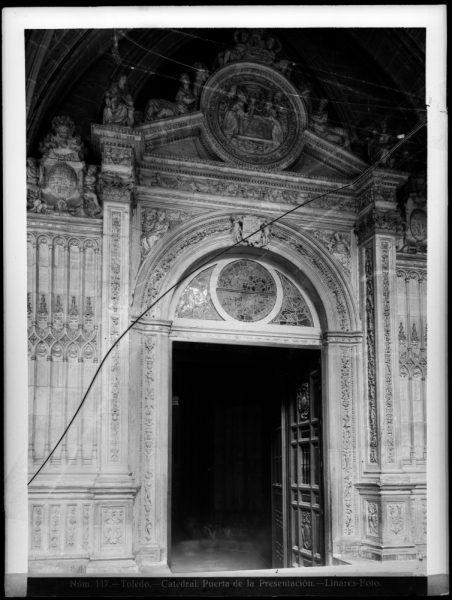 242 - Puerta de la Presentación en el claustro de la Catedral