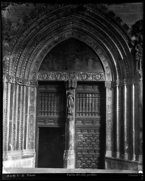 243 - Puerta de Santa Catalina en el claustro de la Catedral