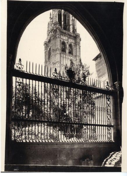 244 - Vista del patio del claustro y torre de la Catedral