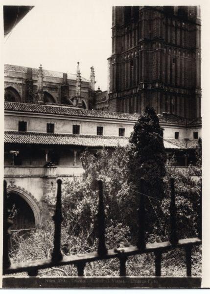 245 - Vista del patio del claustro y torre de la Catedral