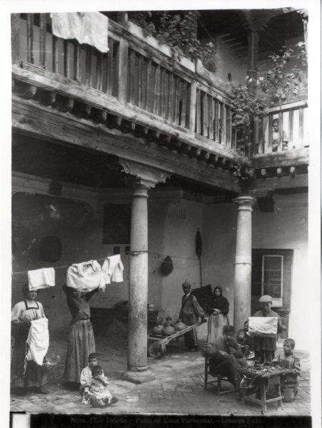 351 - Patio de una casa en la calle de las Bulas