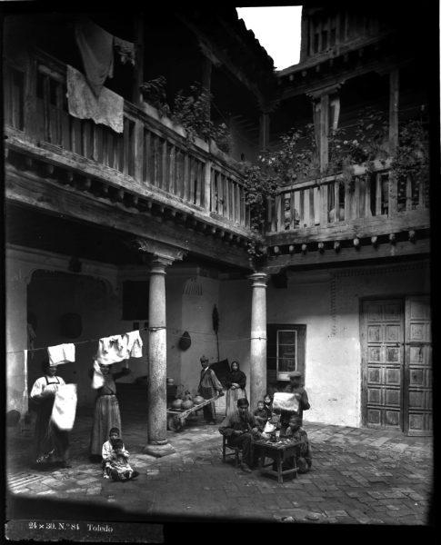 352 - Patio de una casa en la calle de las Bulas