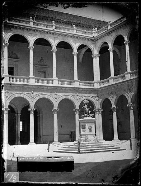 CA-0008-VI_Alcázar-Patio y estatua de Carlos V