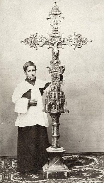 CA-0297-PA_Catedral-Acólito que sostiene la Cruz de la Catedral regalada por Alfonso V de Portugal