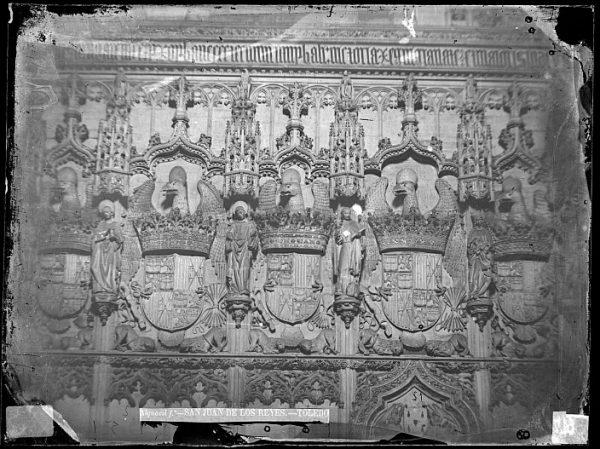 CA-0368-VI_Convento de San Juan de los Reyes-Detalle de los escudos reales en la nave de la iglesia
